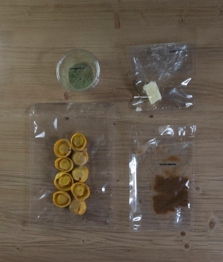 Ravioli di anatra, burro acido e polvere di salvia