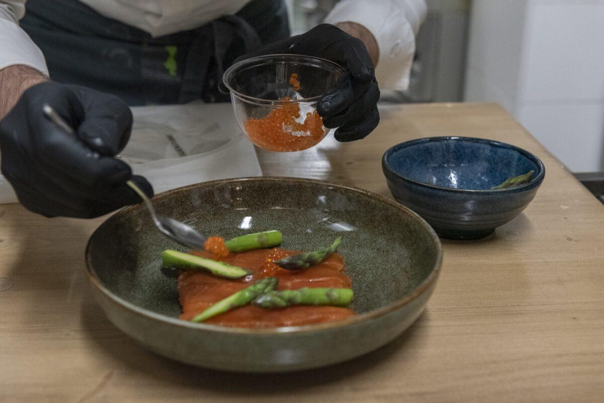 Trota marinata, asparagi e soja