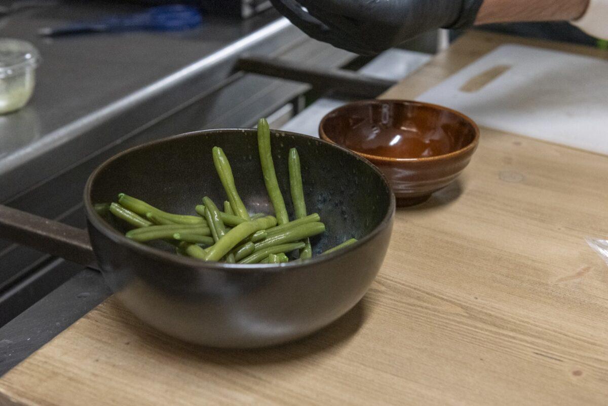 Pancia di maialino, fagiolini e bagnetto verde