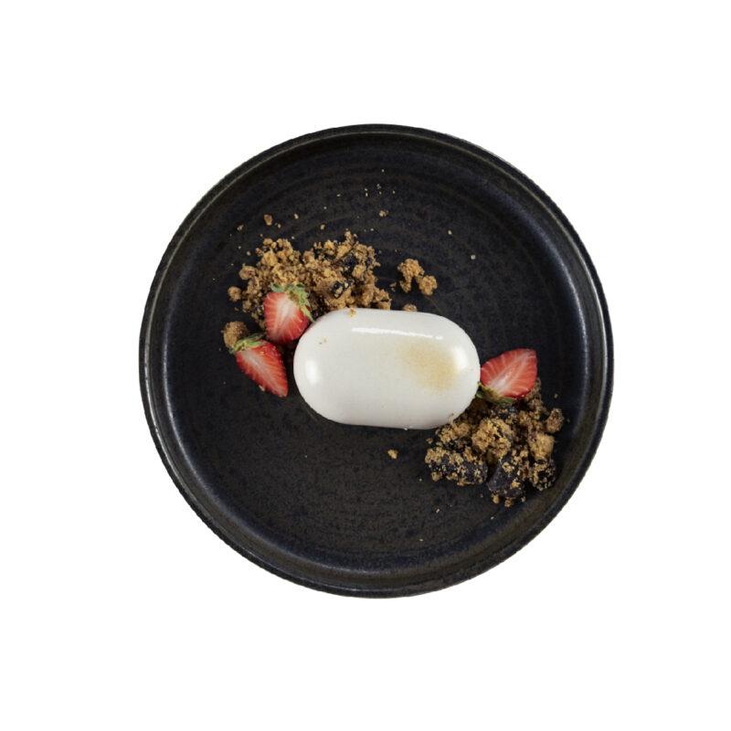 Mousse allo yogurt e fragole, crumble alle mandorle e cioccolato fondente