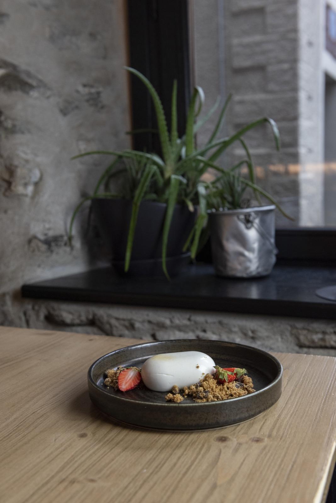 Mousse allo yogurt e fragole, crumble alle noci Pecan